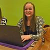 Kyra Frielink, studente Social Work Saxion achter haar laptop