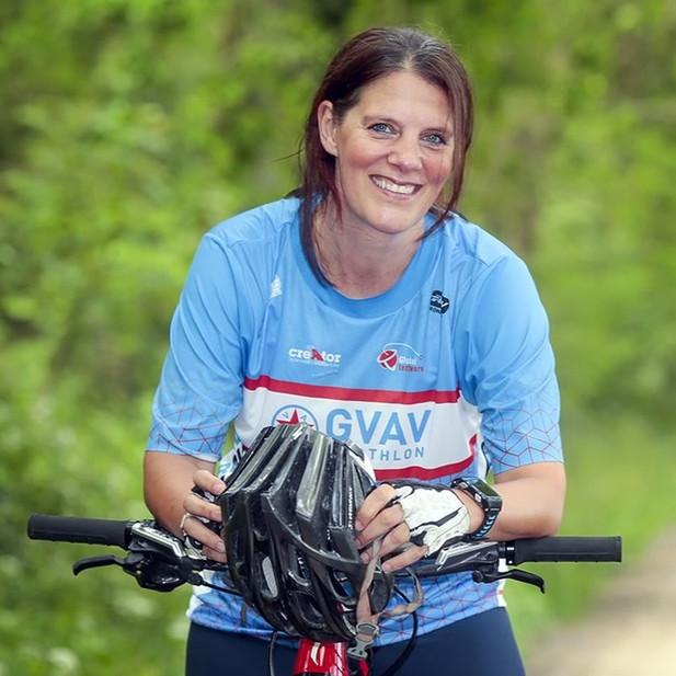 Annemiek Walenkamp leunend op racefiets