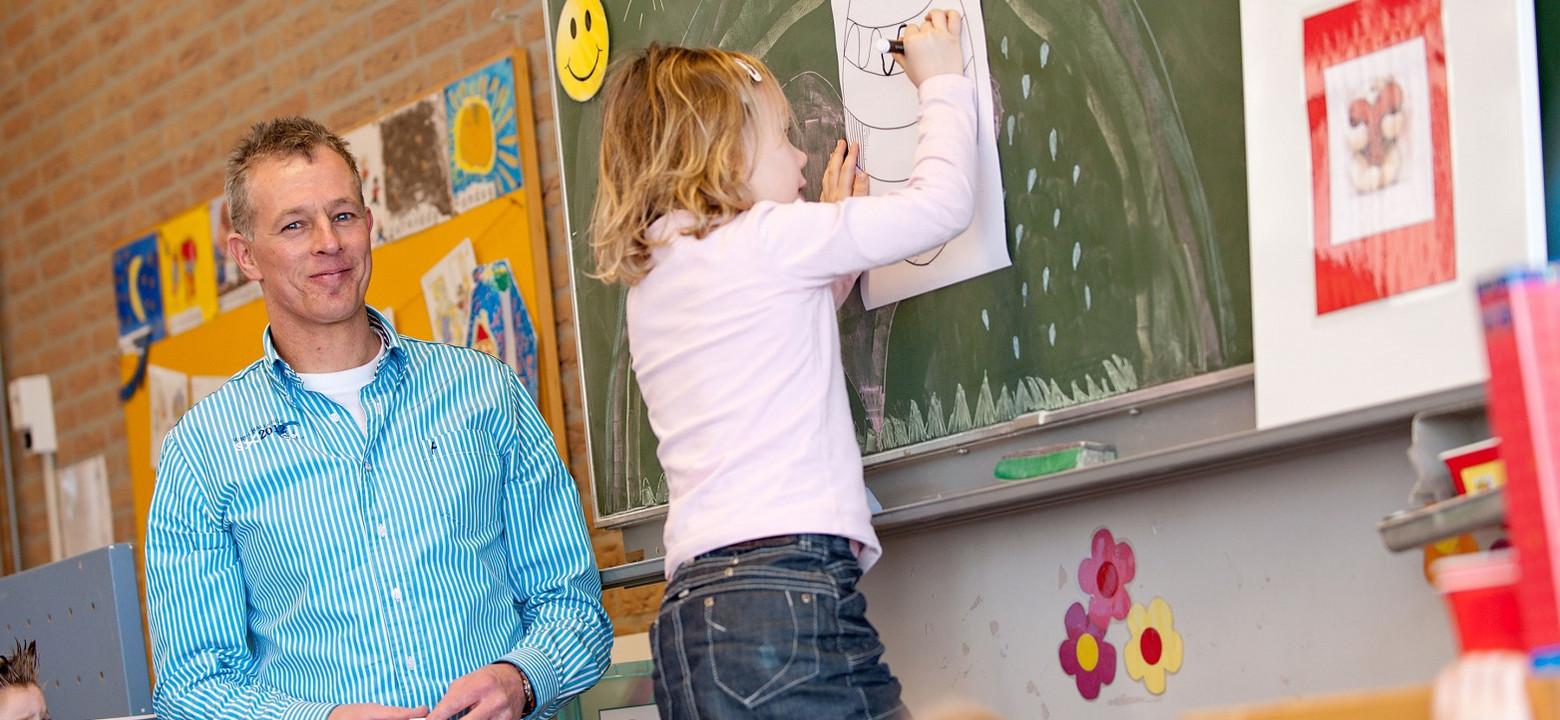 Docent basisonderwijs met kinderen in de klas