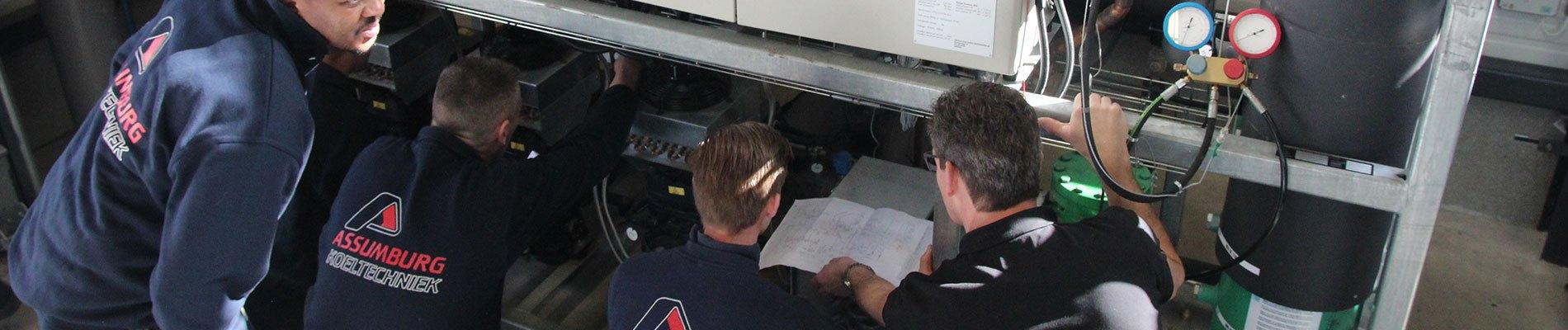 Vier mannen bezig aan het co2 systeem
