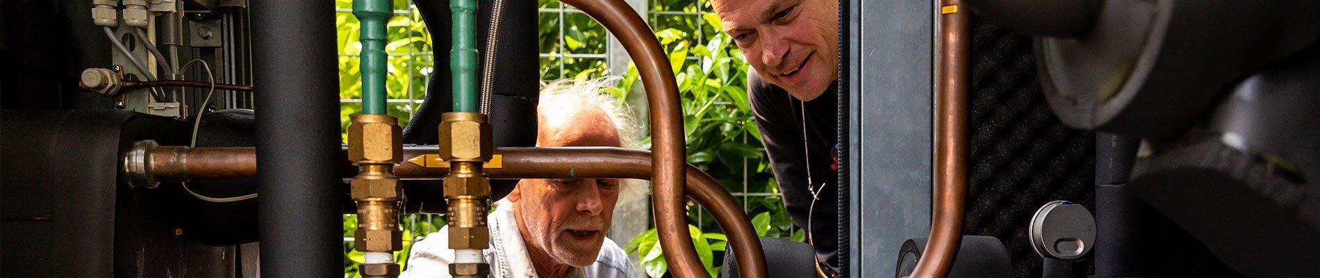Twee mannen bekijken koeling