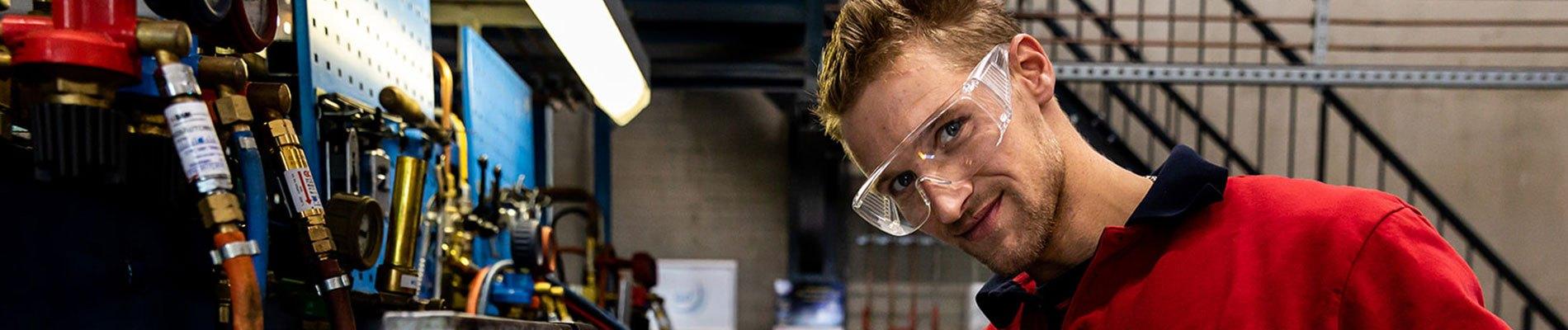 Leerling met veiligheidsbril