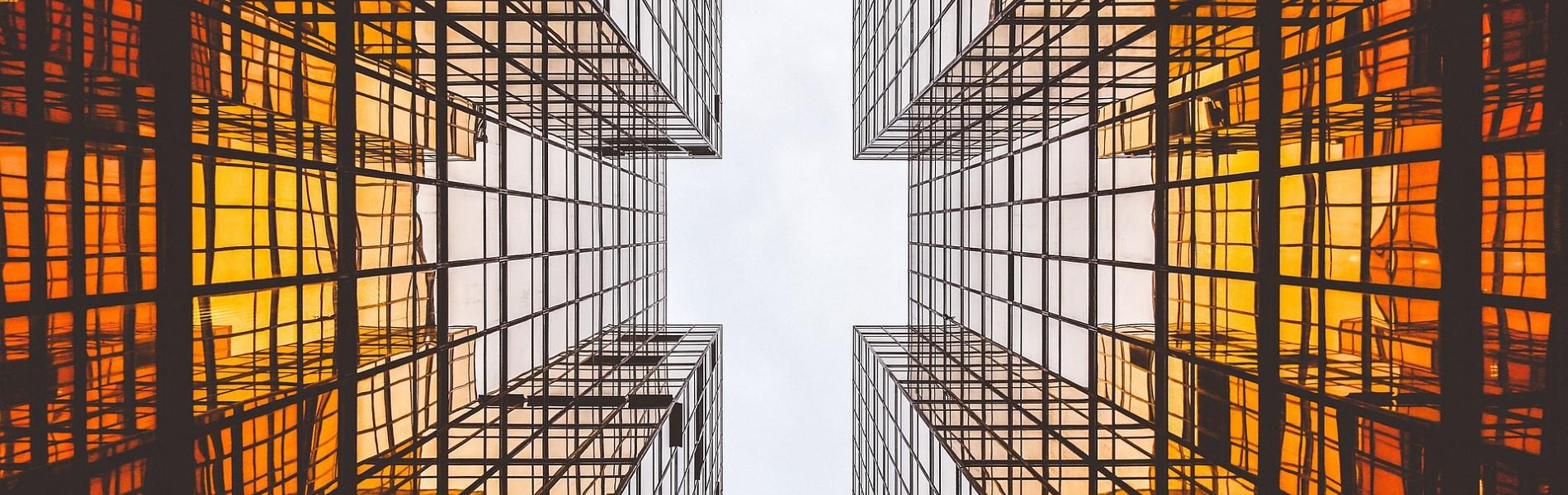 Wolkenkrabbers weerspiegeling ramen