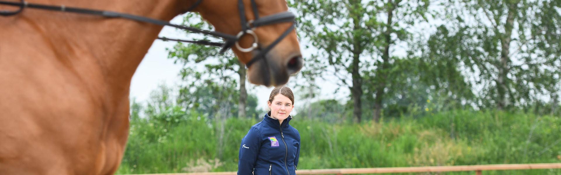 instructeur met paard
