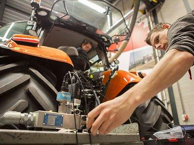 Leerling aan het werk achter tractor