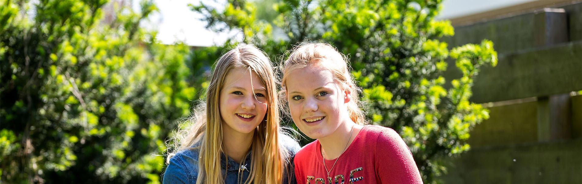 VMBO Nijkerk twee meisjes buiten