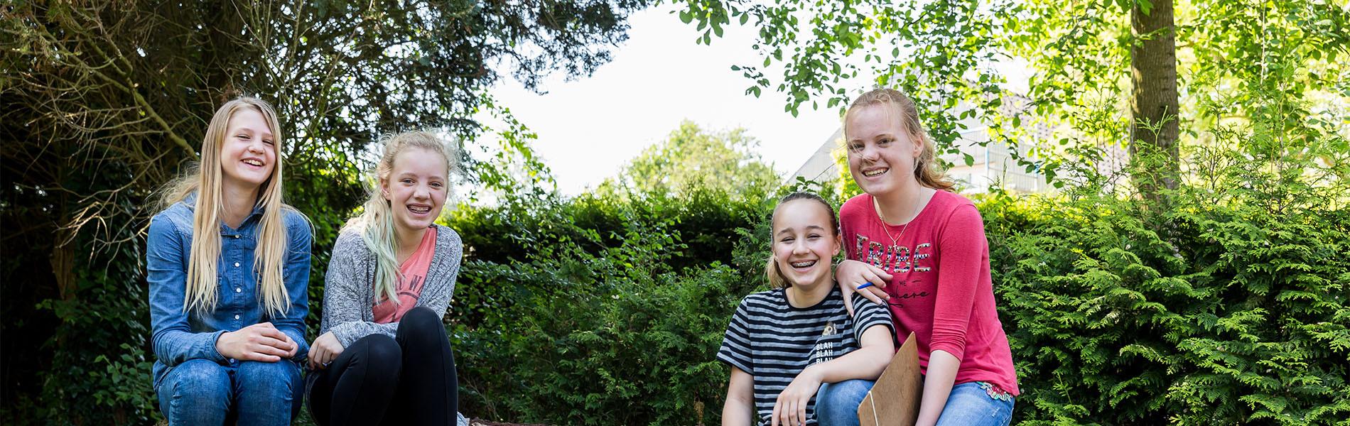 VMBO Nijkerk vier meisjes buiten
