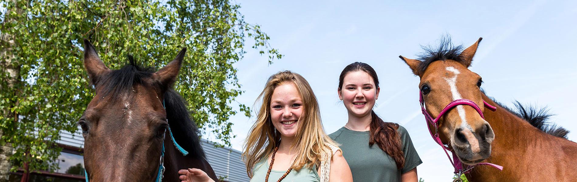 VMBO Nijkerk twee meisjes met twee paarden