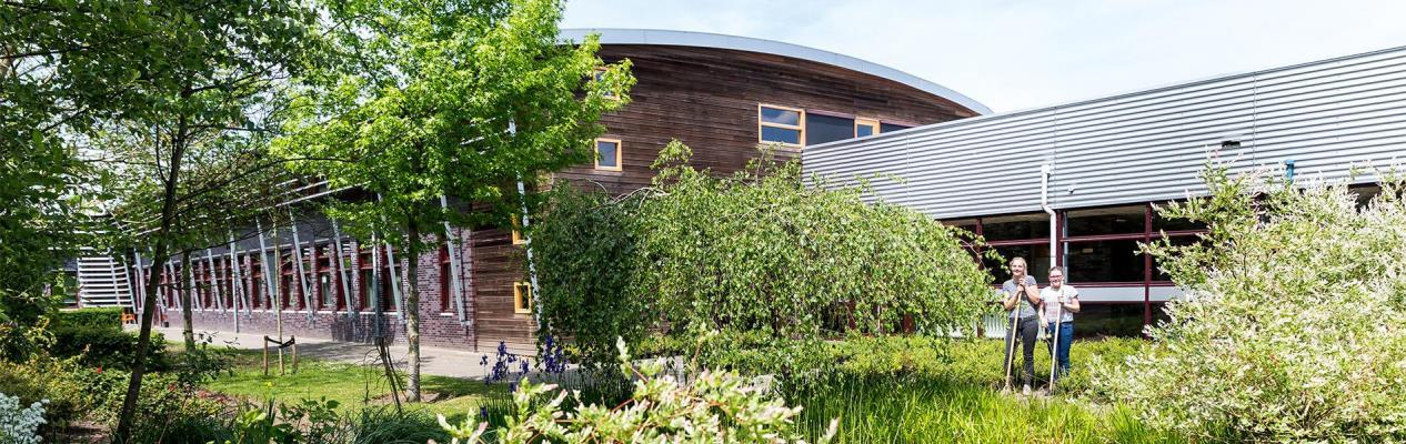 VMBO Nijkerk schoolgebouw buiten vanuit de tuin