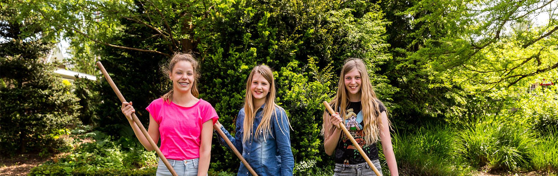 VMBO Nijkerk drie meisjes met schoffel