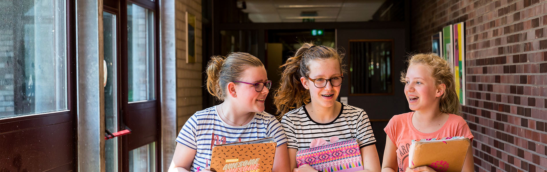 VMBO Nijkerk drie meisjes in de gang